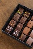 套在一个礼物盒的豪华手工制造糖果在木backgroun 免版税库存照片