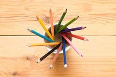 套在一块玻璃的色的铅笔在一张木桌上 图fr 库存照片