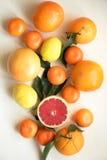 套在一张白色木桌上的柑橘水果 免版税库存图片