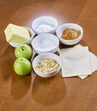 套在准备和煮熟的木桌垂直的食物的农产品 图库摄影