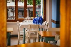 套在咖啡馆桌上的玻璃 免版税图库摄影