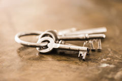 套在圆环的老葡萄酒钥匙 免版税图库摄影