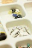 套在塑料盒的牙齿钻眼工人 免版税库存照片