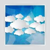 套在抽象蓝色三角多角形backgrou的云彩 免版税库存图片