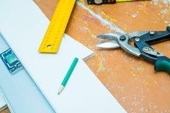 套在木地板的工具与锯木屑 库存图片