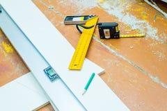 套在木地板的工具与锯木屑 图库摄影