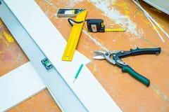 套在木地板的工具与锯木屑 库存照片