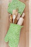 套在木板的厨房器物 库存照片