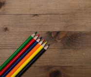 套在木桌上的多彩多姿的铅笔 图库摄影