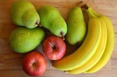套在木桌上的新鲜水果 免版税库存图片