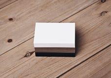 套在木桌上的白色,黑和工艺名片 免版税库存照片