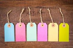套在木背景的五颜六色的空白的吊标记 免版税库存图片