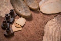 套在木背景的皮革工艺工具 鞋匠的工作场所 免版税库存照片