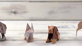 套在木背景的origami动物 股票录像