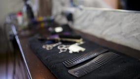 套在浅灰色的背景的专业美发师工具 头发切口和变薄的剪刀在葡萄酒背景 影视素材