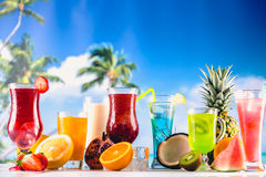 套在海滩的异乎寻常的饮料有蓝色海洋背景 库存照片