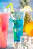 套在海滩的异乎寻常的饮料有蓝色海洋背景 免版税图库摄影