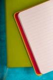 套在深蓝背景顶视图的笔记本 免版税库存照片