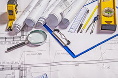 套在白色图纸的建筑师工具 免版税图库摄影