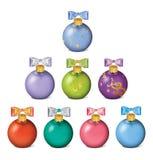 套在白色的五颜六色的圣诞节球 免版税库存照片