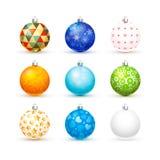 套在白色的逗人喜爱的不同的五颜六色的现实圣诞节球 库存图片