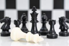 套在白色背景的黑白棋子 图库摄影