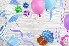 套在白色隔绝的生日聚会元素 免版税库存图片