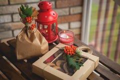 套在礼物盒的曲奇饼在黑暗的木桌上 免版税库存照片