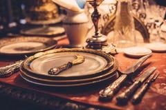 套在红色桌上的葡萄酒餐具 库存图片