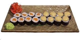 套在被隔绝的一块长方形风格化板材的寿司卷Hosomaki 图库摄影
