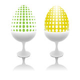 套在装煮好带壳蛋之小杯的异常的鸡蛋 免版税库存图片