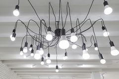 套垂悬与导线的电灯泡从天花板 免版税库存图片