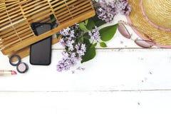 套夏天妇女` s辅助部件:竹袋子,桃红色太阳镜, 免版税库存照片