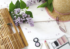 套夏天妇女` s辅助部件:竹袋子,桃红色太阳镜, 库存图片