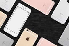 套多彩多姿的苹果计算机iPhones 6s舱内甲板被放置的顶视图在有拷贝空间的办公桌上说谎 库存图片