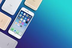 套多彩多姿的苹果计算机iPhones 6s舱内甲板被放置的顶视图说谎与拷贝空间的表面上 库存图片