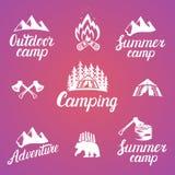 套室外冒险徽章和野营的商标象征 免版税库存图片