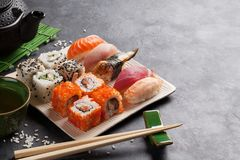 套寿司、maki和绿茶 免版税库存图片