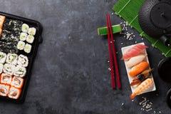 套寿司、maki和绿茶 免版税库存照片