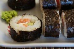 设置在白色板材的寿司卷 库存照片