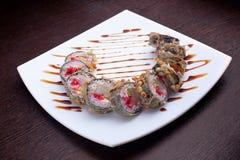 套寿司maki在白色板材的虾天麸罗 在背景的日本食物 免版税库存照片