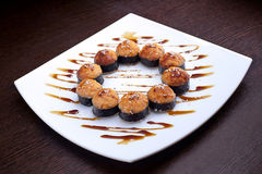 套寿司maki在白色板材的虾天麸罗 在背景的日本食物 免版税库存图片