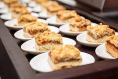 套小美味苹果蛋糕在著名人士的一顿自助餐服务 库存照片