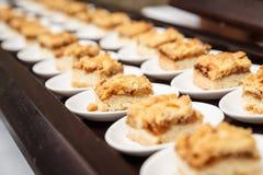 套小美味苹果蛋糕在著名人士的一顿自助餐服务 免版税库存照片