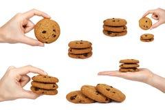 套巧克力曲奇饼,妇女手,隔绝在白色背景 免版税库存照片