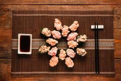套开胃gunkan寿司卷,平的位置 免版税库存照片
