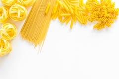 套意大利面食 未加工的意粉, fusilli, penne,在白色背景顶视图拷贝空间的意大利细面条 图库摄影