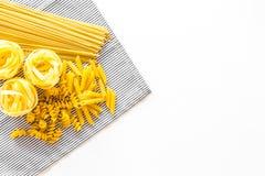 套意大利面食 未加工的意粉, fusilli, penne,在白色背景顶视图拷贝空间的意大利细面条 库存图片