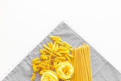 套意大利面食 未加工的意粉, fusilli, penne,在白色背景顶视图拷贝空间的意大利细面条 免版税库存图片