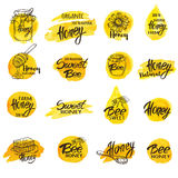 套手拉的水彩蜂蜜标签和徽章 免版税库存照片